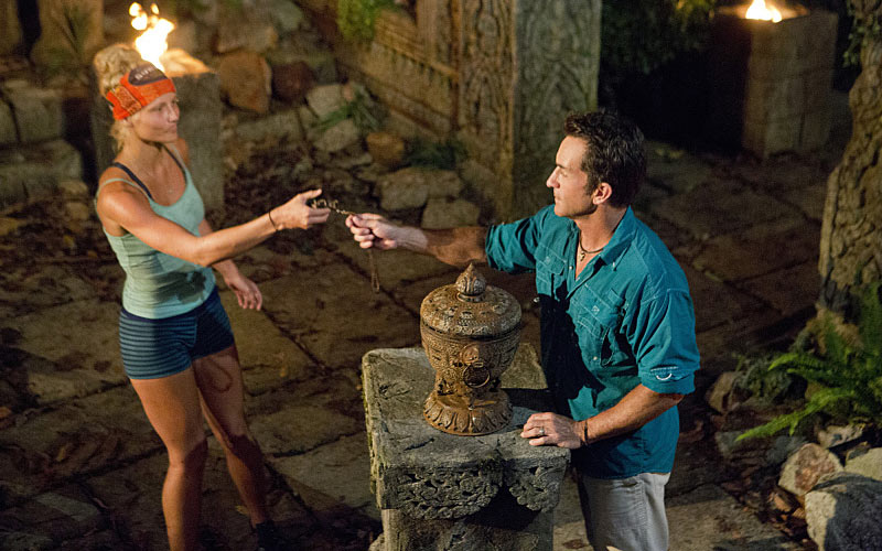 Kelley Wentworth plays a hidden immunity idol on Survivor Cambodia: Second Chance