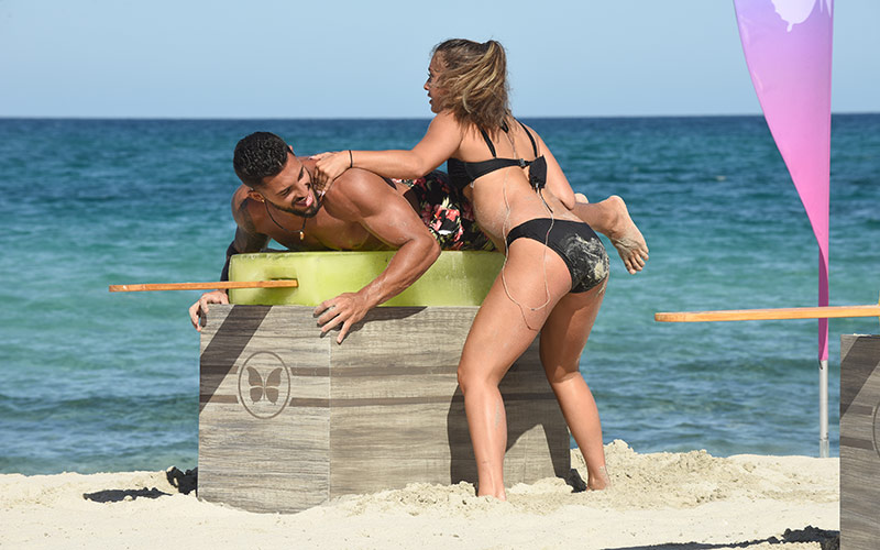 Carlos and Kaitlin compete in Paradise Hotel's one and only challenge so far