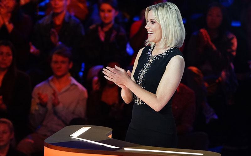 Press Your Luck host Elizabeth Banks during episode 108
