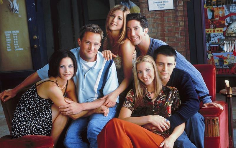 The cast of Friends: Courteney Cox, Matthew Perry, Jennifer Aniston, David Schwimmer, Lisa Kudrow, and Matt LeBlanc