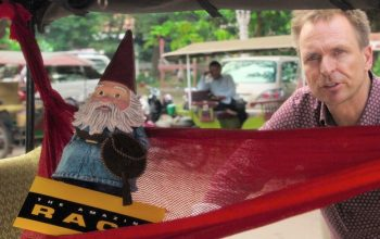 Phil Keoghan and the Travelocity Roaming Gnome on The Amazing Race 32 episode 10.